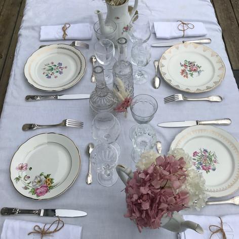 Scénographie romantique avec la porcelaine fleurie