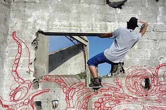 """Street-artiste, """"infograffeur"""", pochoiriste, muraliste… il n'existe pas de mot unique pour résumer le talent de Stew. Son emblématique Blue bird n'en finit pas de  se réinventer au fil du temps."""