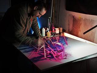 Ce qui frappe avant tout dans la peinture de Ioye One, c'est la tension qui existe entre ses contours acérés et ses couleurs qui s'évaporent, ce paradoxe trompeur entre percussion et harmonie.