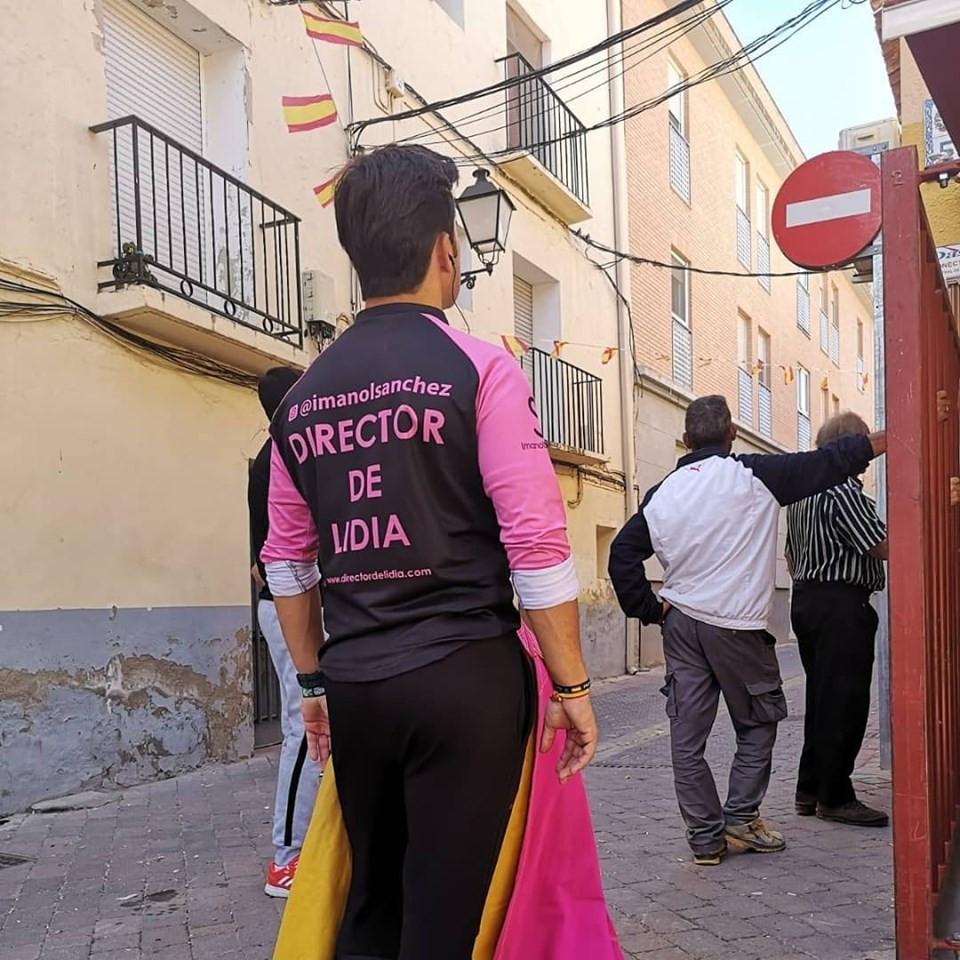 Imanol durante un festejo en calle (Indumentaria, capote y pinganillo)