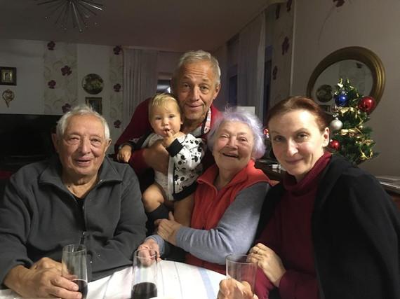 На фото: семья Фоменко и режиссёр Н.Гугуева (справо).