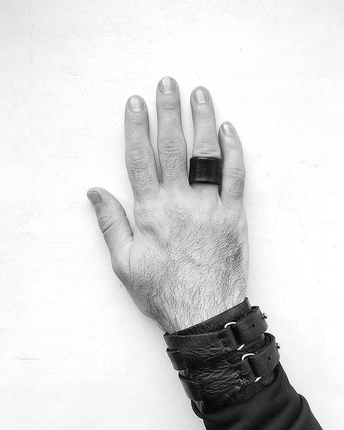 Leather ring / Julia Fom