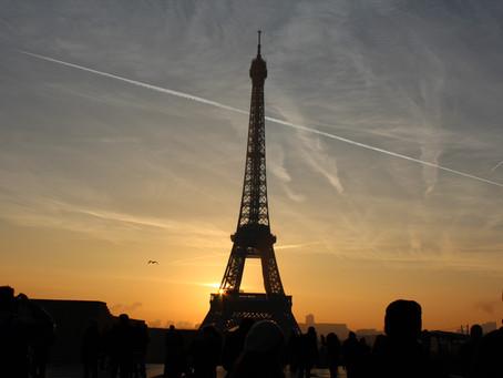 Svátky ve Francii: Ohňostroje nad Eiffelovkou, vojenská paráda a drobounké pugéty konvalinek