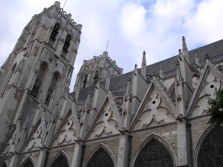 Katedrála sv. Michala a sv. Guduly: Vzhledem připomíná pařížskou katedrálu Notre Dame