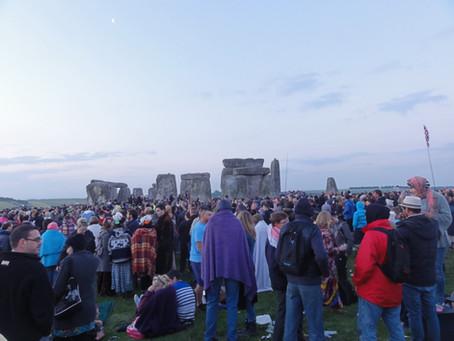 Slunovrat ve Stonehenge: Posvátná síla slunce, mimozemšťani a několikatisícový dav