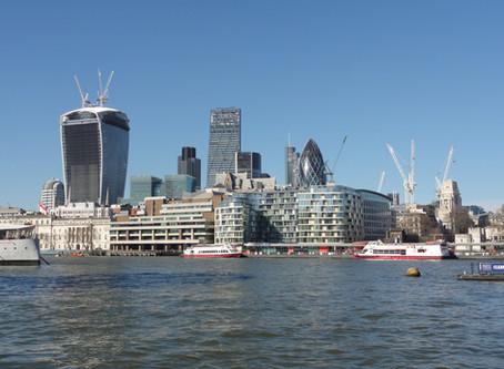 Budovy moderního Londýna: Co jste o nich dosud nevěděli aneb Absurdní piknikový stůl