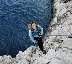 Monitrice d'escalade Du haut des cimes dans les Calanques de Marseille