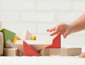 ビルディング・ブロックで遊ぶ赤ちゃん