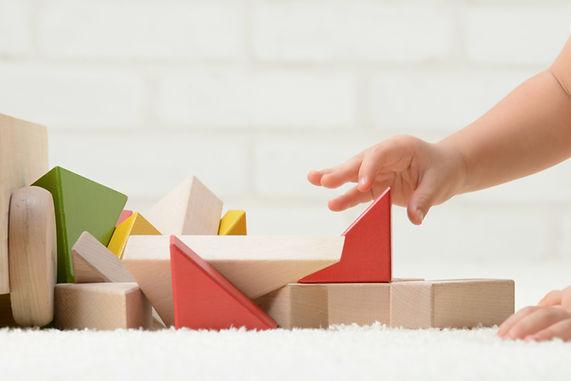 Bebê que joga com blocos de construção