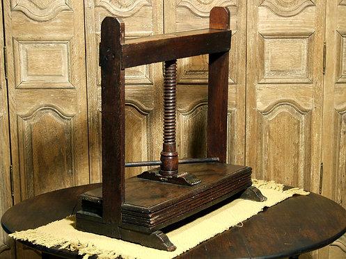 An oak linen press, 17th century  (F45)