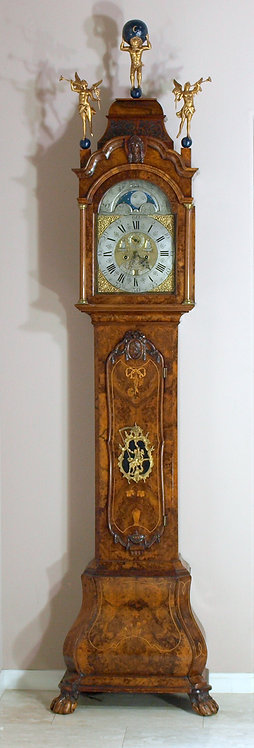 A fine Dutch figured walnut longcase clock with full calender, 18th c.  (S05)