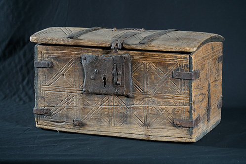 An Alpine region pine box, with iron mounts, 16th century (V39)