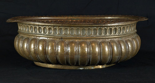 A large oval brass wine cooler, 17th/18th century  (Q21)