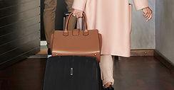 Femme avec valise et sac