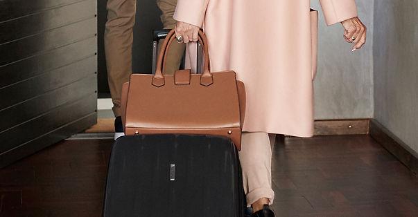 Donna con valigia e borsa