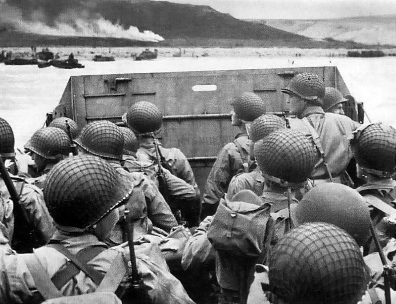 @Department of the navy Troupes américaines sur le point de débarquer sur la plage Domaine public