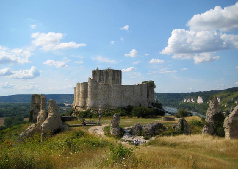 Vue sur les ruines du Château Gaillard, au sommet d'une falaise surplombant les méandres de la Seine