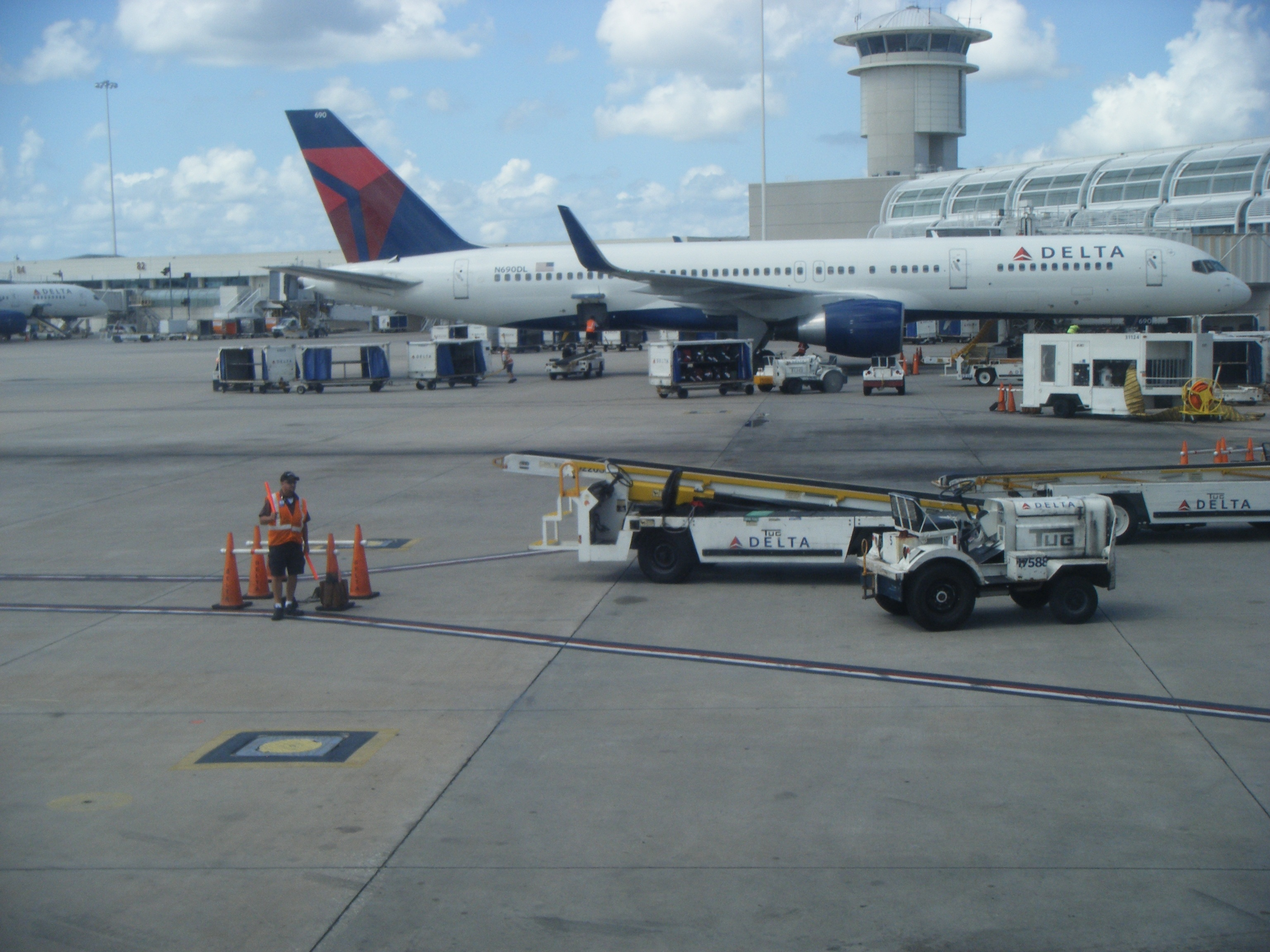 Delta_airplanes_at_Orlando_International_Airport.jpg