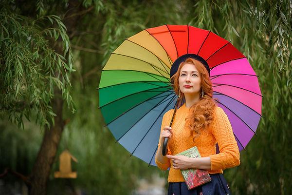 фотосессия-спб-девушка-зонт-яркая-природ