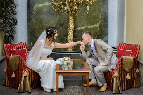 Свадебная фотосессия в отеле для молодоженов.jpg