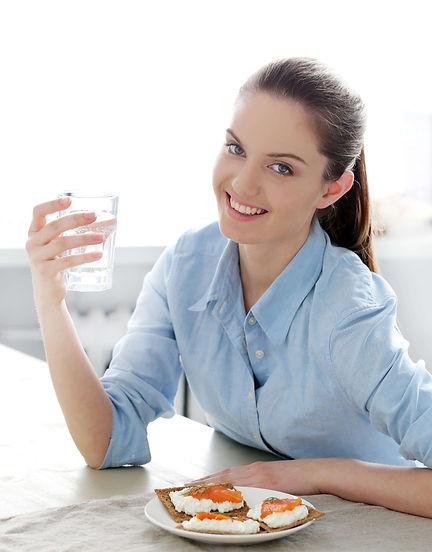 mulher_beber_agua_watercare.jpg