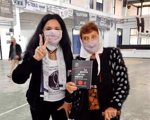 Taty Almeida, Madre de Plaza de Mayo Linea Fundadora, y Elena Ferreyra, Secretaria de DDHH de la Asociación  del Poder Legislativo con la segunda edición de La guerra de los pájaros.