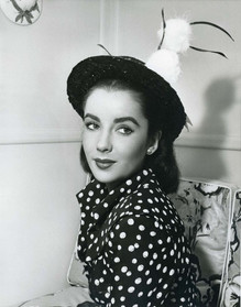Beautiful Photos of a 16-Year-Old Elizabeth Taylor During the Filming of 'Julia Misbehaves' (1948)