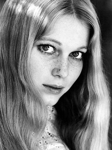 20 Stunning Black and White Portraits of a Very Young Mia Farrow From 1964 to 1966