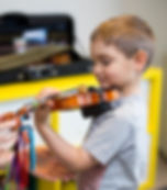 child playing the violin, girl in a violin lesson, kids music lesson, upper beaches music school, music lesson toronto, piano lesson toronto, violin lesson toronto