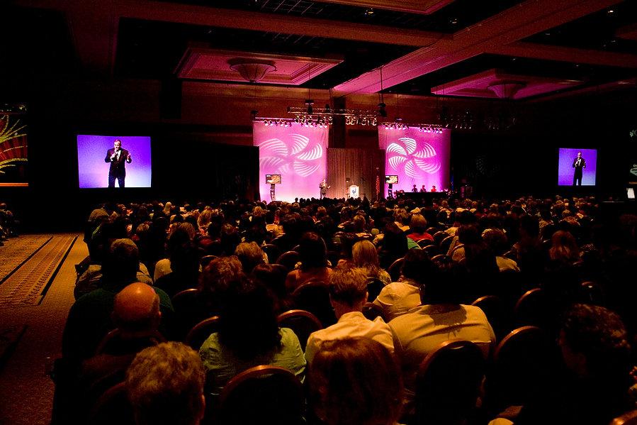 Backdrop of crowd ONS 4-2007.jpg