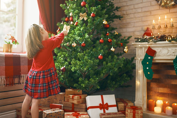 girl-is-decorating-christmas-tree-RGCRF4