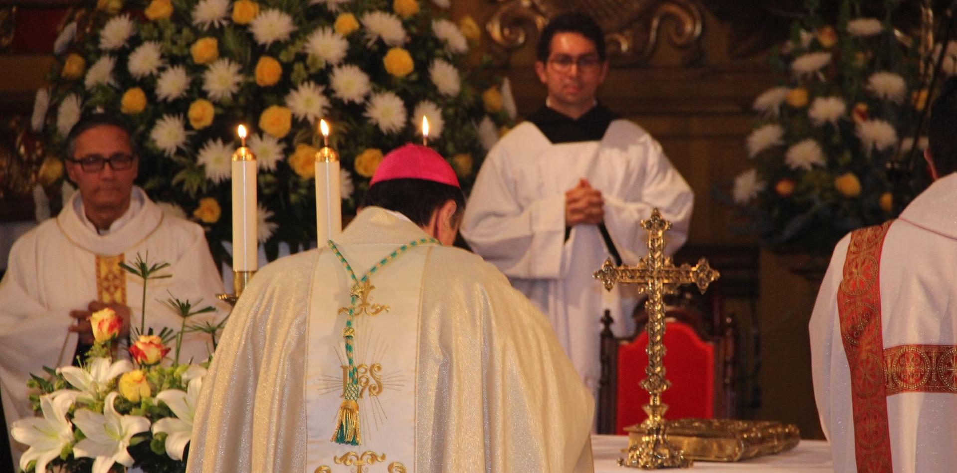 Monseñor Ettore Balestrero, Nuncio Apostólico.