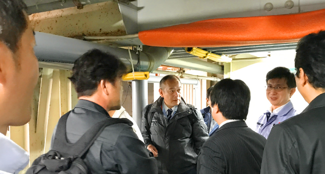 現場を見学し居相氏の説明を受ける大阪ケイオスメンバー