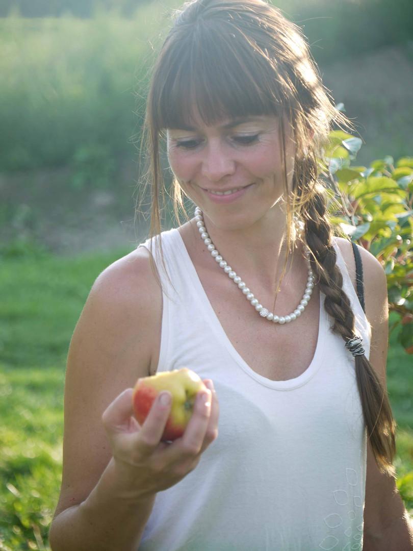 Daniela beim Verkosten eines Apfels