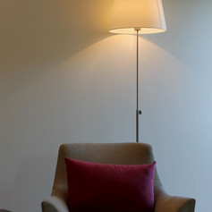 Spa Oberursel - Sessel mit Lampe.jpeg