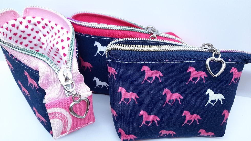 mini pung hester på blå
