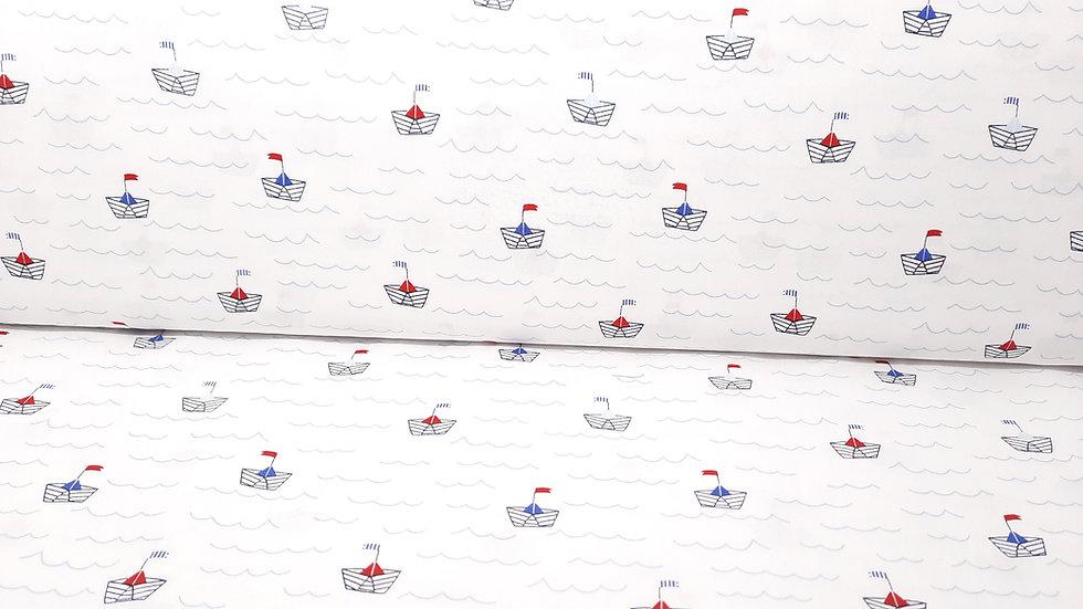 bomullstoff hvit med små papirbåter i blå/rød