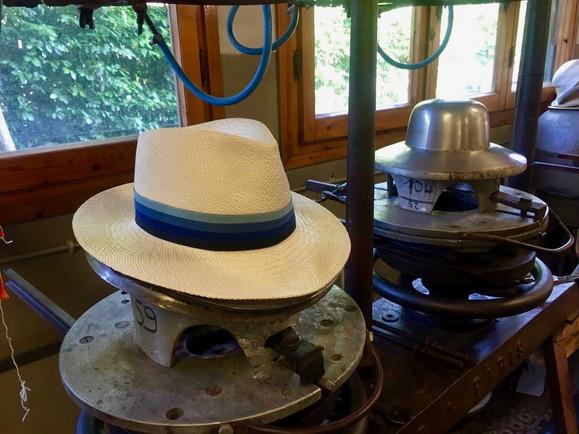 Strohhut auf Hutform