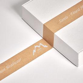 Paket mit Paketband mit Samis Logo
