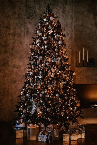 geschmückter Weihnachtsbaum mit verpackten Geschenken