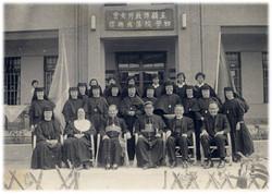 1959.11.14初學院落成(第一排左起溫修女,蓋院長,高理耀公使,郭總主教,若石狄隆主教,費濟時主教)