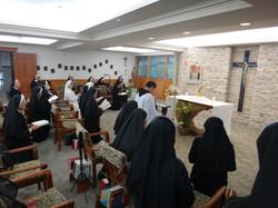 林思川神父帶修女朝拜聖體