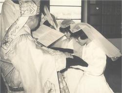 發願修女領受主禮主教祝聖過的會服
