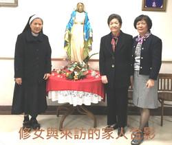 3-2修女和來訪的家人合影