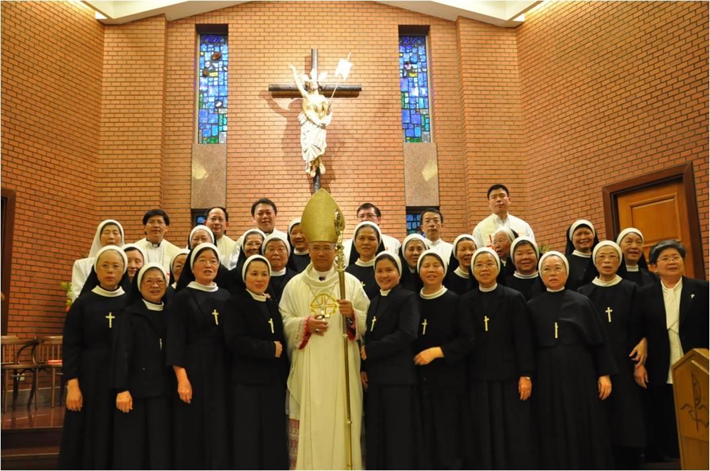 修女與主教合影
