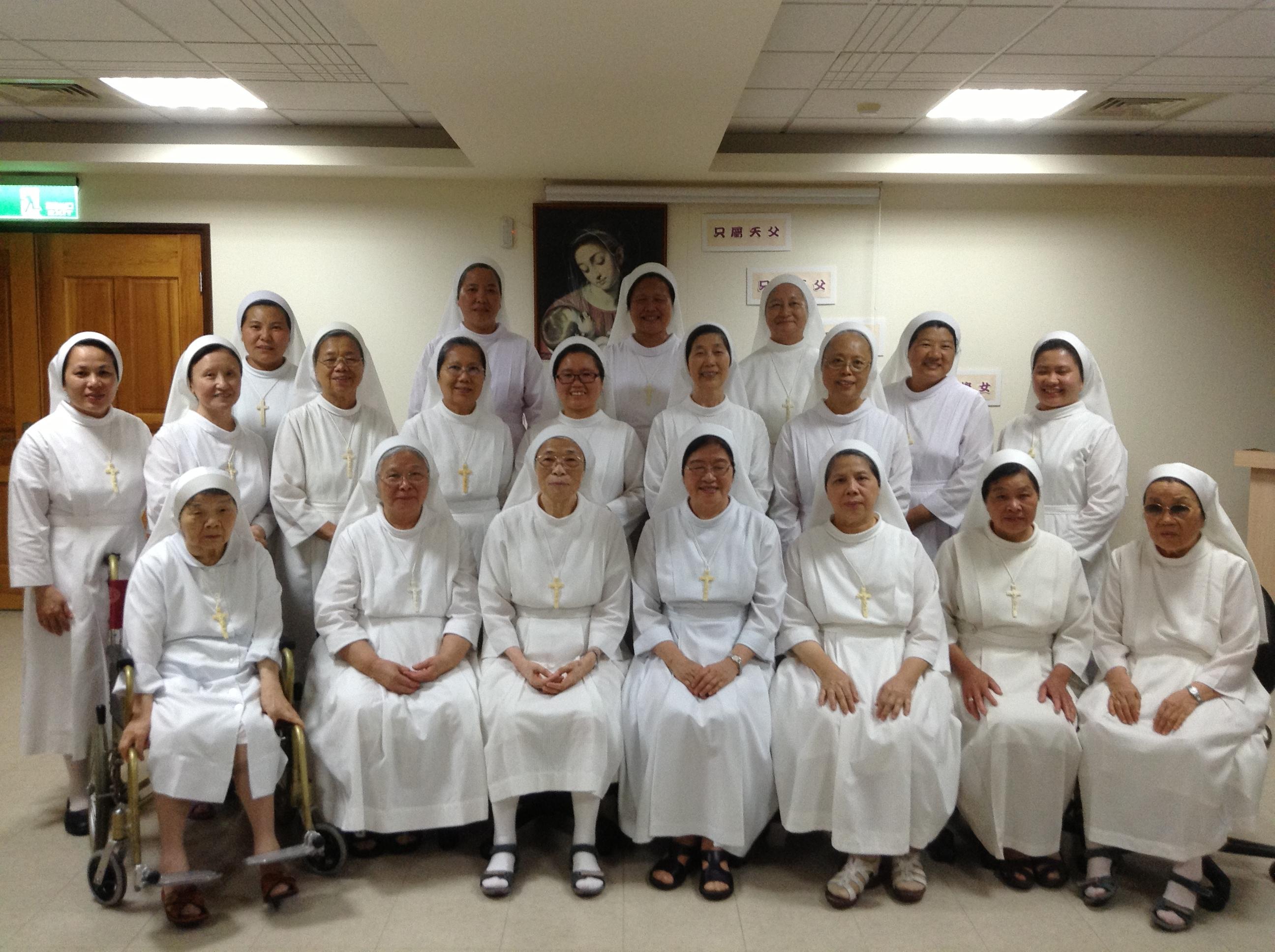 修女共融合影