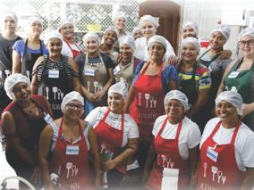 Curso de culinária treina trabalho em equipe na cozinha