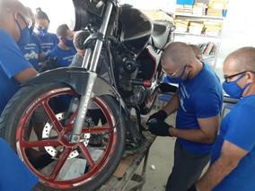 Internos participam do curso de mecânica de motocicleta