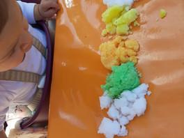 "Atelier de manipulation ""multicolore""."