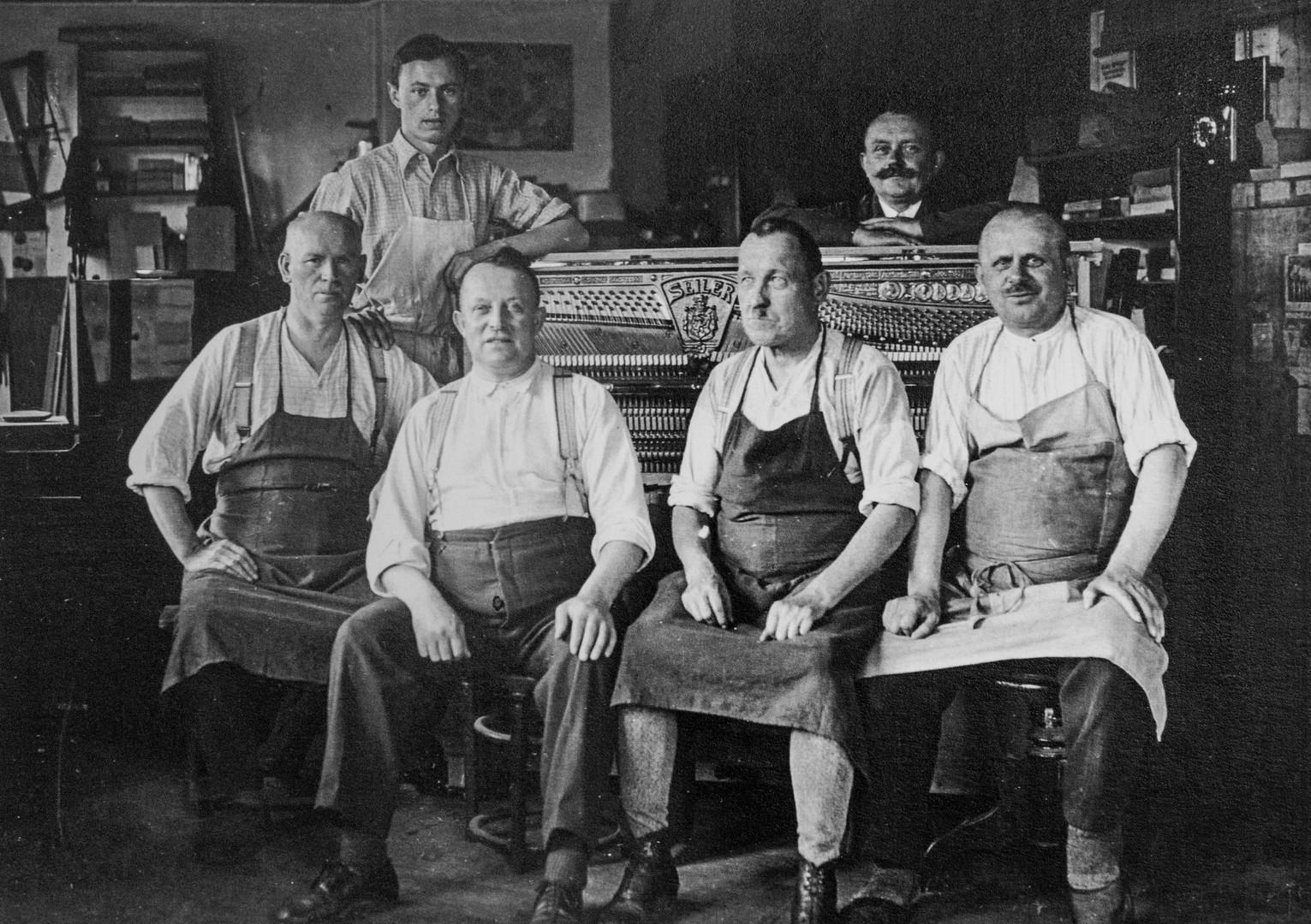 Eine Gruppe Arbeiter um 1930